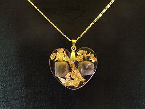 Kettenanhaenger-Saphir-aus-Afrika-in-Kunstharz-gegossen-24-K-Blattgold-Herz