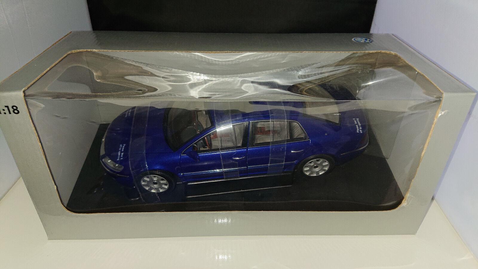 1:18 Autoart VW Phaéton w12 6,0 blaumet. Nouveau neuf dans dans dans sa boîte | Coût Modéré  | Vente  | à La Mode  3af5f8
