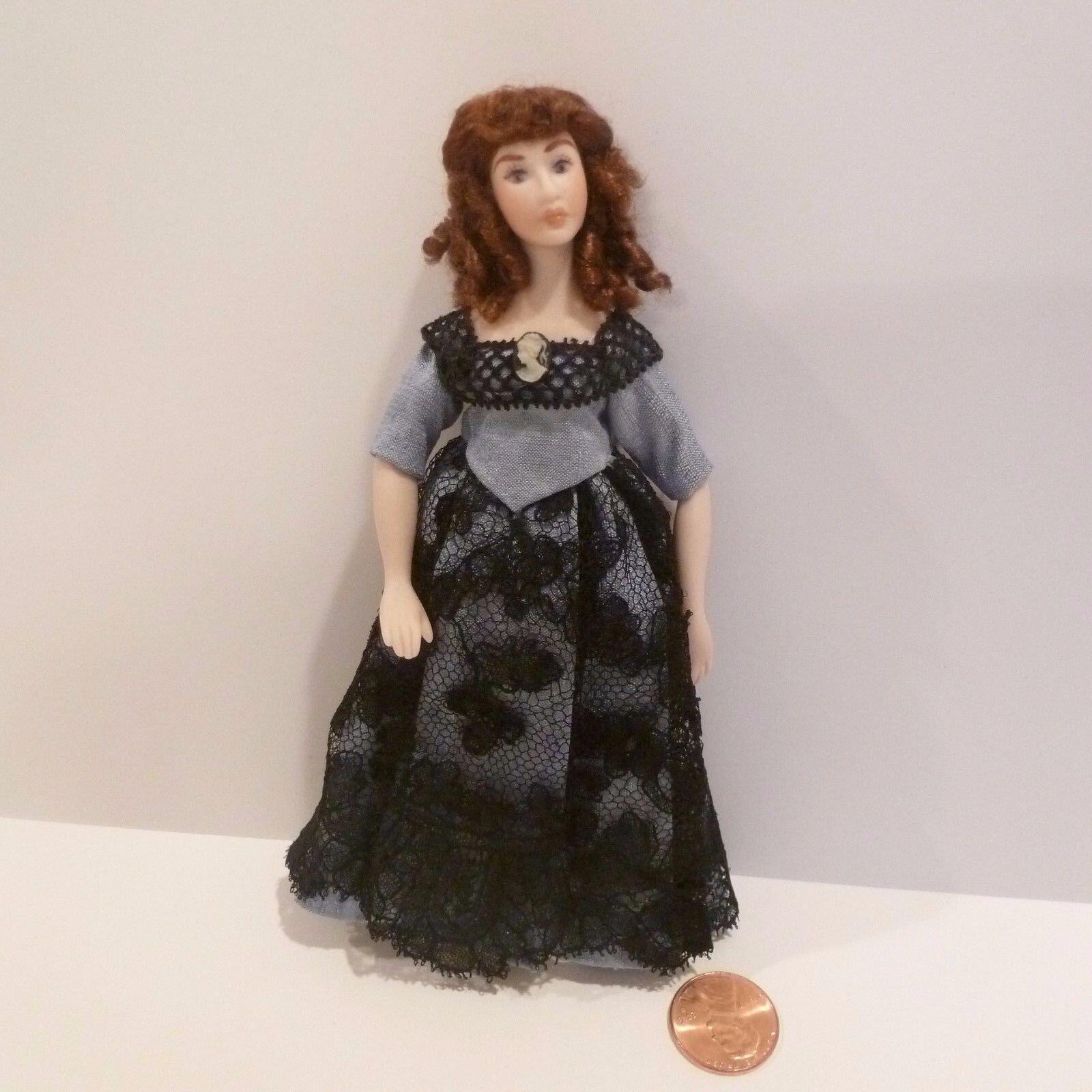 Hermosa Miniatura Dama Vestido de la muñeca de porcelana vestida con azul con encaje negro