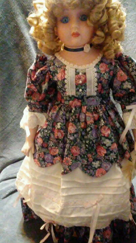Goebel Porcelain Musical Doll  Fiona  Betty Jane Carter plays  Memories