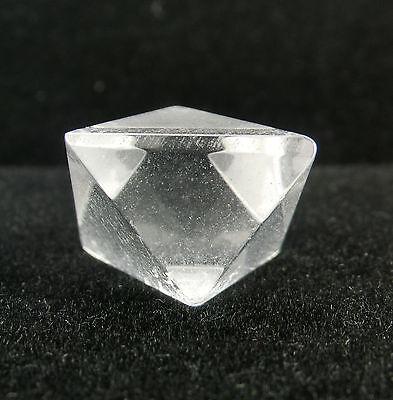 Oktaeder aus Edelstein Bergkristall geometrische Figur platonischer Körper