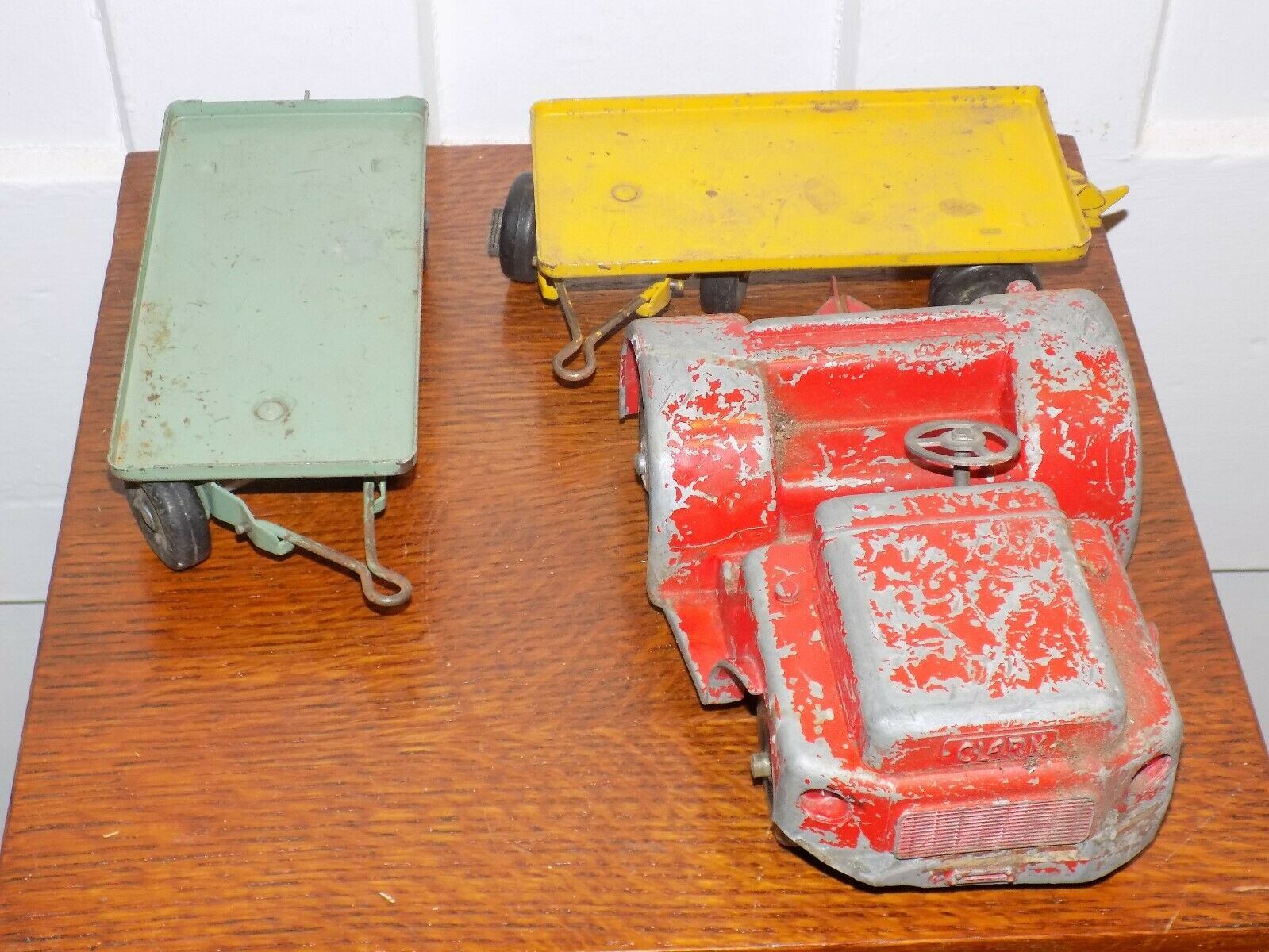 Model Toys Baggage Tram with Two Carts