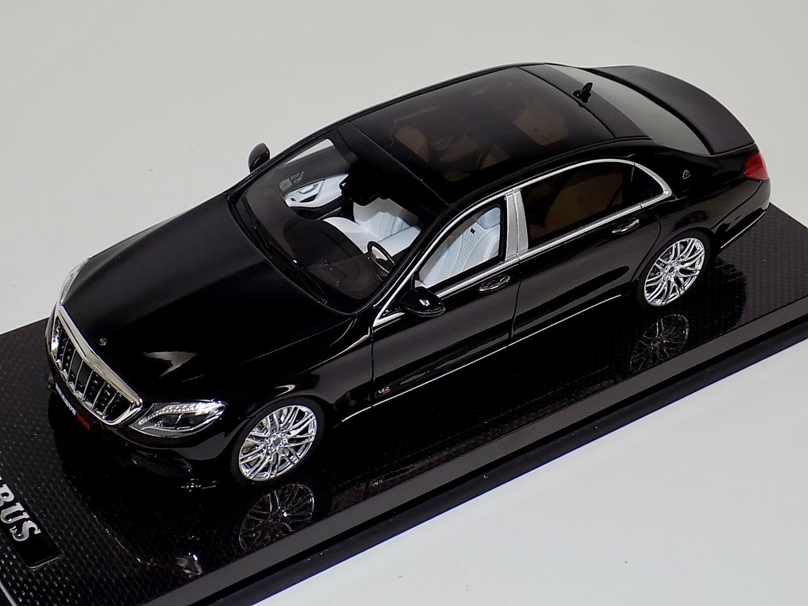 GT Spirit Mercedes Benz Maybach Brabus 900 en la base de carbono negra GT163