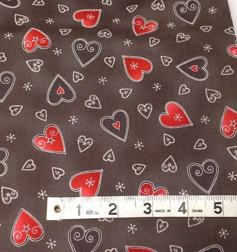 Moda 39701-18 Corazones rojos en tela de fondo marrón Fat Quarters 100/% algodón