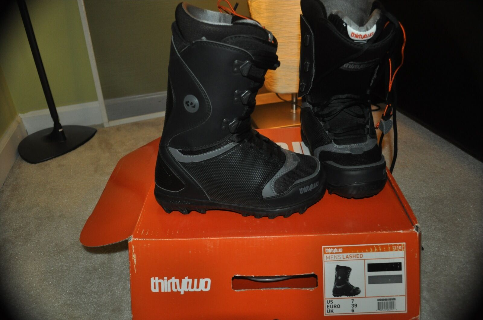 32 Lashed 2011 Snowboard Boots US 7
