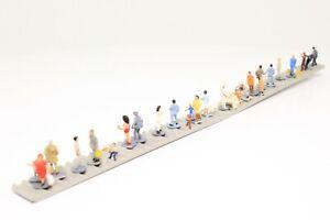 Spur-N-Bahnsteig-mit-Figuren-Details-fertig-aufgebaut