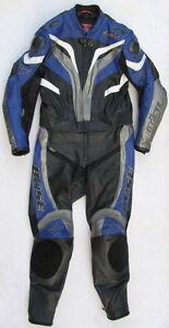 Sehr-gut-erhaltene-BUSE-Motegi-Gr-50-Zweiteiler-Lederkombi-schwarz-blau