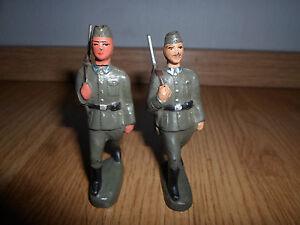 2 x NVA Soldat Wachbatallion marschierend mit Gewehr / Schiffchen Masse LINEOL