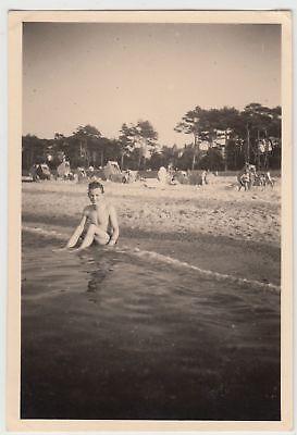 (f15747) Orig. Foto Junger Mann Sitzt Am Ufer Eines Strandbades 1940er