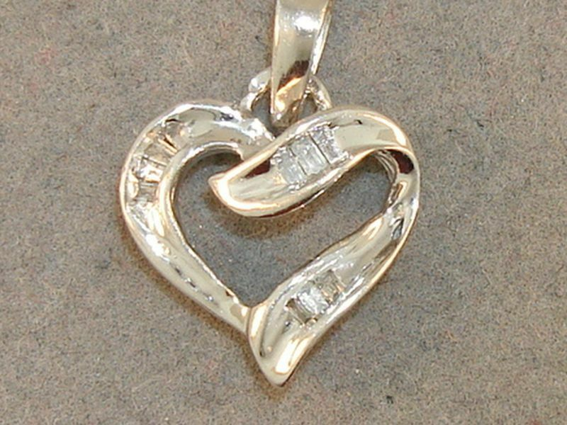 BEAUTIFUL 10K SOLID WHITE gold 1 5 CTW HEART PENDANT
