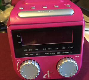 SAKAR- iSnooze - Mini AM / FM clock, radio, iPod/Mp3 jack. BlanK