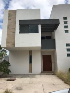 Se Vende Casa en La Condesa Juriquilla, Cuarto de Servicio, 3 Recamaras, Estudio