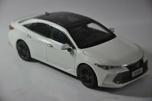 Toyota-Avalon-2019-car-model-in-scale-1-18-White