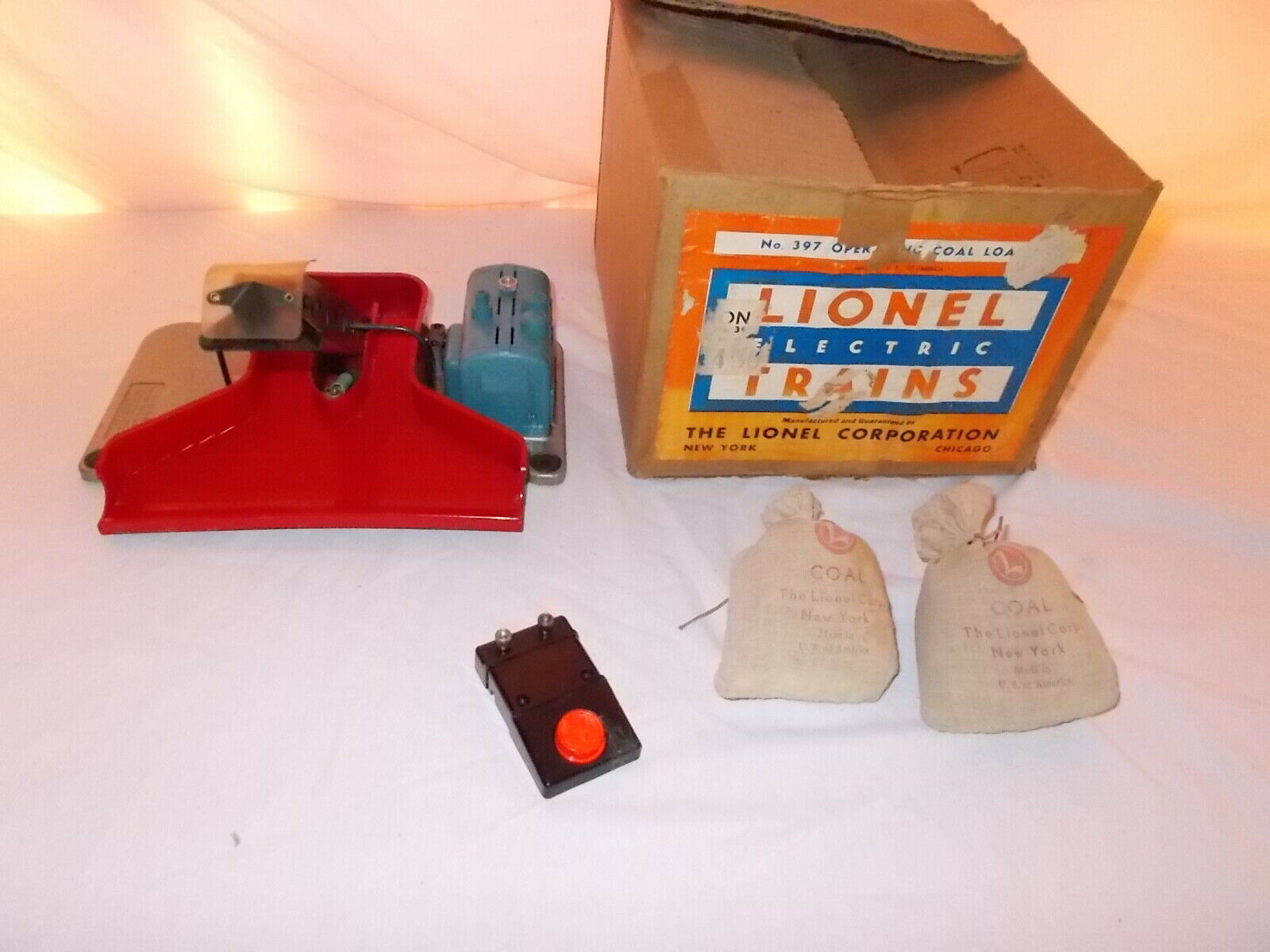 LIONEL OPERATING COAL LOADER IN ORIGINAL BOX WORKS GREAT   LOT  G-84
