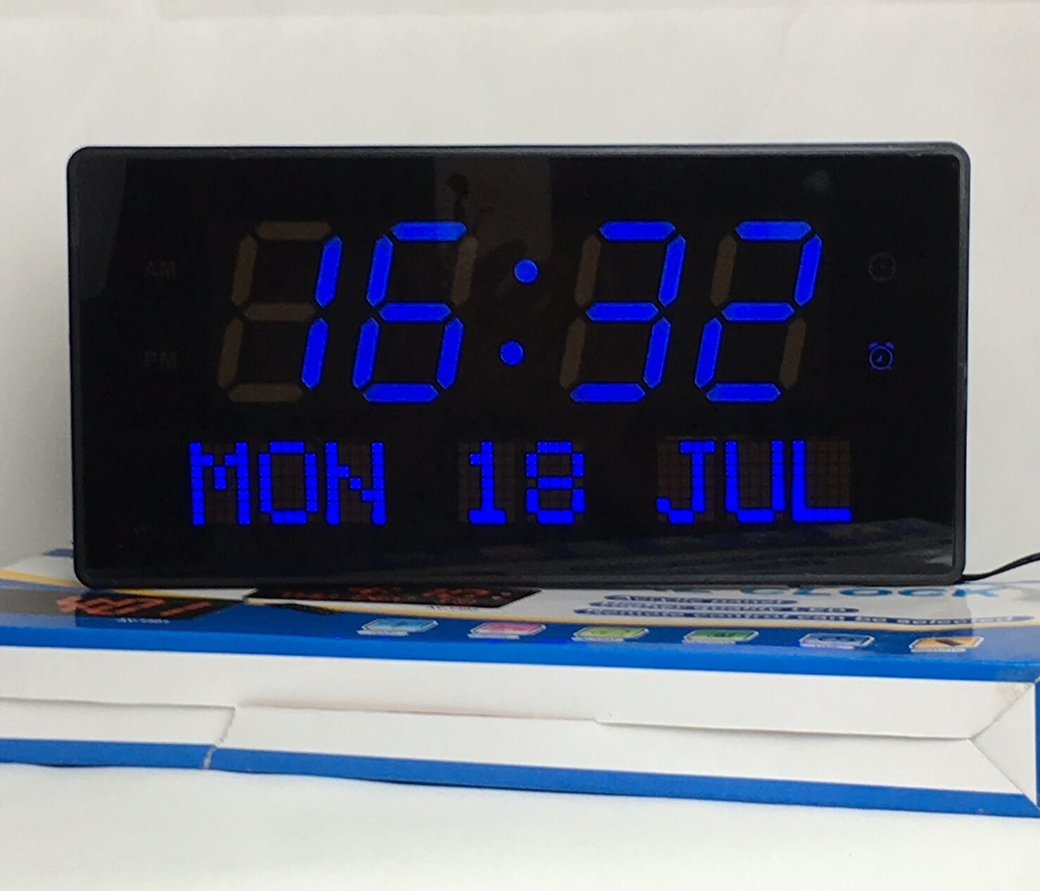 multi led digital wanduhr mit datumanzeige alarm gross hell in blau ay1402 ebay. Black Bedroom Furniture Sets. Home Design Ideas