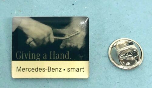 Mercedes Benz Smart Pin Giving Hand MB-Smart glasiert Maße 25x20mm
