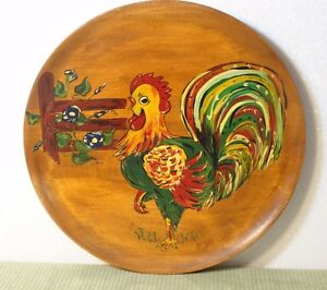 VINTAGE 1958 BIG HAND PAINTED STAINED WOODEN COUNTRY ROOSTER PLATE SIGNED CHAR!