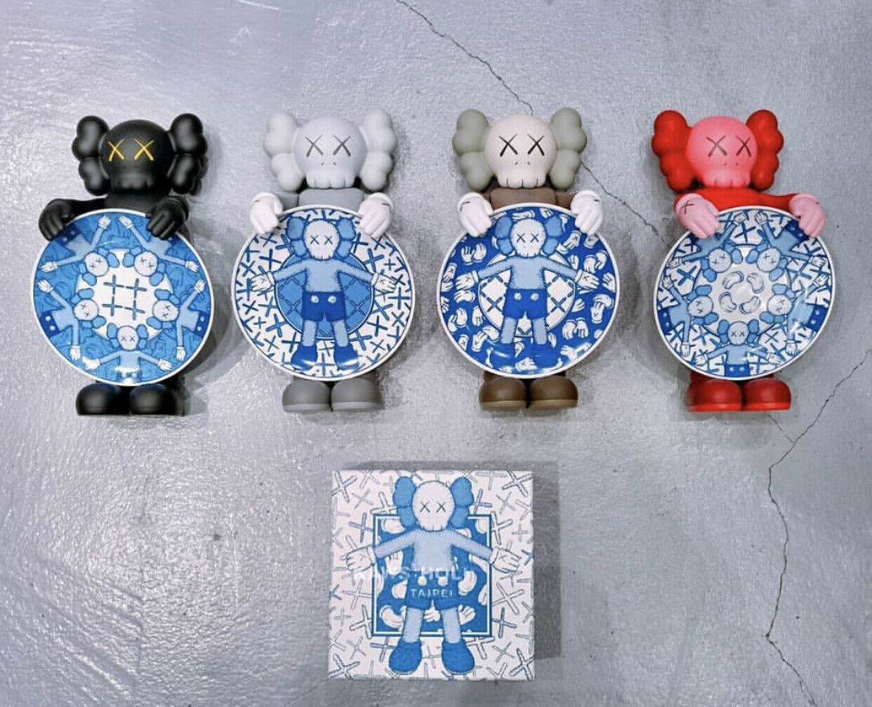 Kaws 2019 Holiday Limited Limited Limited Edition Taipei Companion Ceramic Plate Set Sold Out    76e577
