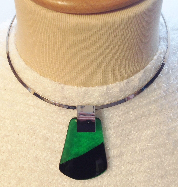 Collier tour de coup rétro color silver rodié pendentif green et black  A07