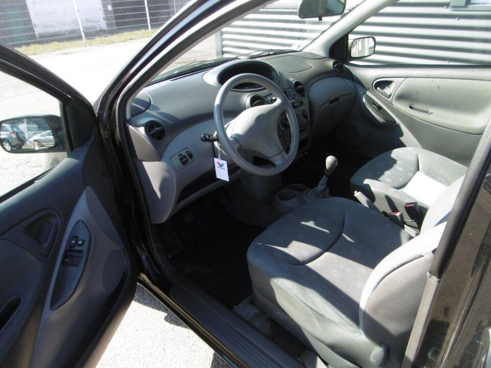 Toyota Yaris 1,0 Terra Benzin modelår 2003 km 211000 Sort
