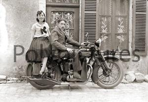 Couple Assis Sur Moto Automoto - Repro Photo Ancienne An. 1930 Soyez Astucieux Dans Les Questions D'Argent