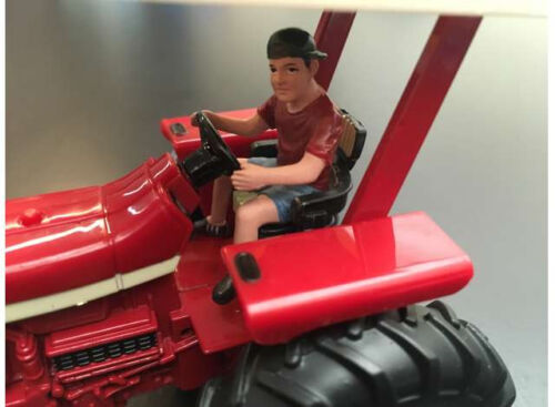 ADF32141 1//32 Jeune homme conduisant tracteur