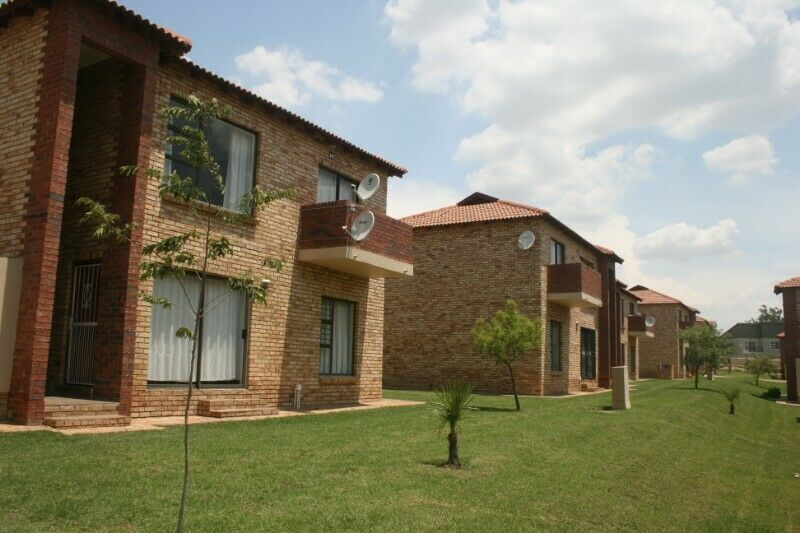 Fourways, Sandton 2 Bedroom Fully Furnished Simplex available immediately.