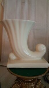 Vintage-USA-Pottery-Ivory-Vase-Planter-Fluted-CORNUCOPIA-1940-039-s-50-039-s-6-5-034-tall