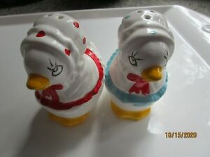 VINTAGE-Chickens-Hens-IN-BONNETS-Salt-And-Pepper-Set-4-in-tall-Excellent