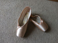 Pink Satin Freed Classic Pointe Shoes - Size 2m - Maker Guitar