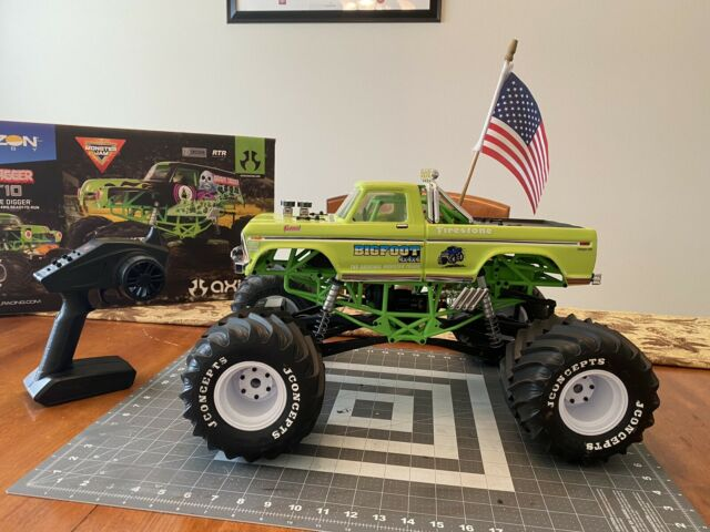 Axial SMT10 Grave Digger 1:10 Scale 4WD Monster RTR Truck ...