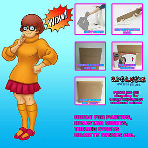 Velma-Scooby-Doo-Cartoon-Lifesize-carton-recorte-pie-levantado