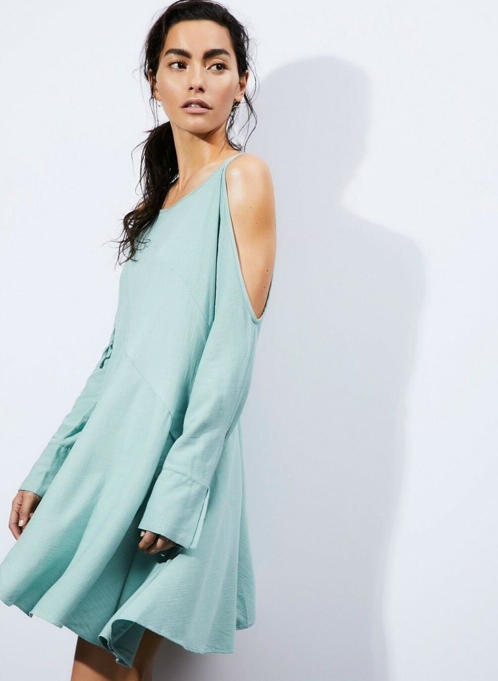 NWT FREE PEOPLE SzS CLEAR SKIES ASYMMETRIC HEM COLD SHOULDER TUNIC IN MINT