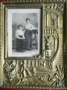 ANCIEN-CADRE-PORTE-PHOTO-LAITON-REPOUSSE-Signe-Arthus-Bertrand-frame-picture