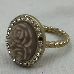 GOLD-COLORED-TWISTED-BAND-RING-WITH-ROSE-DESIGN-amp-CRYSTAL-GEMSTONES-ls-8-SIZE-8