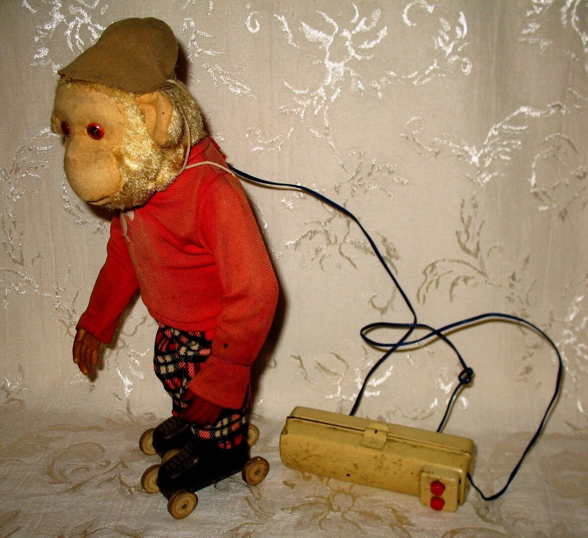 Vintage Battery Operated 1960's Toy  Frankie    the Roller Skating Monkey 3fb915