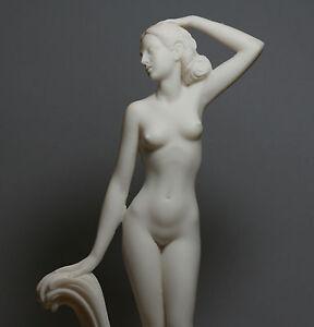 Statuate naked women