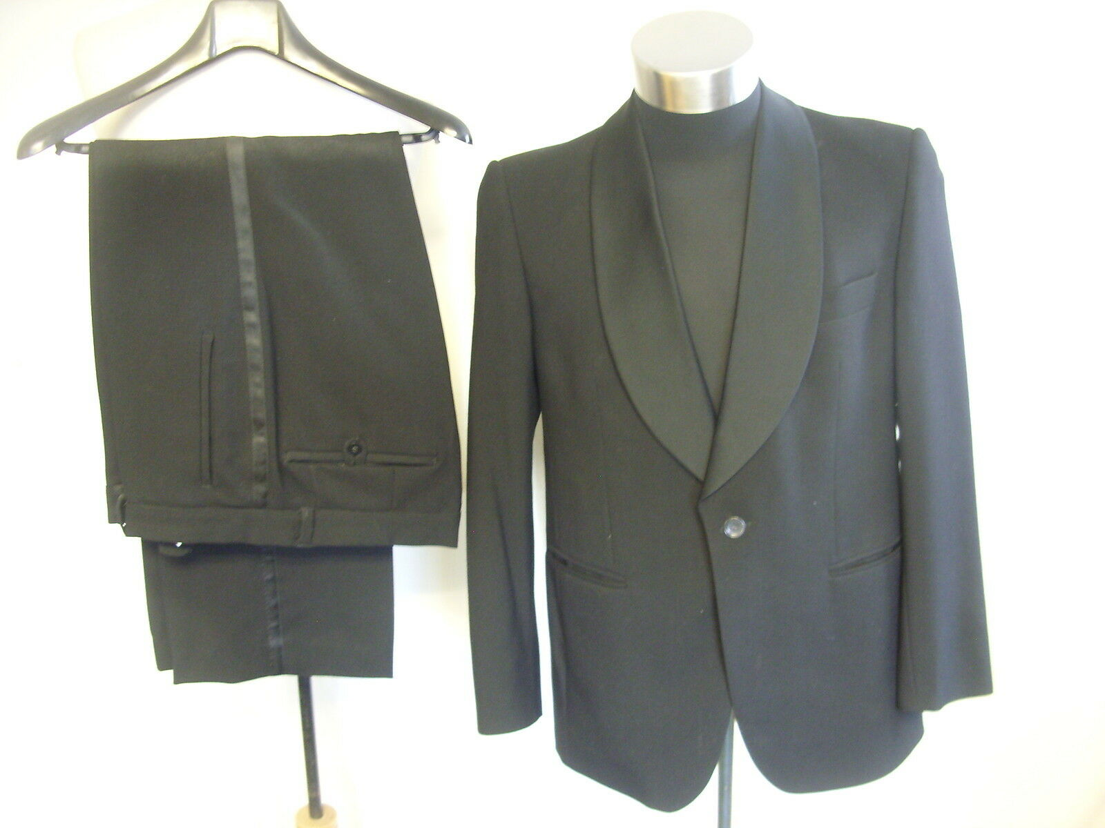 Mens Dinner Suit Hansen chest 42 , inside leg 28 , waist 36 , pure new wool 7702