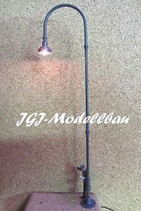 BW-lampara-con-la-placa-base-laton-mano-modelo-de-trabajo