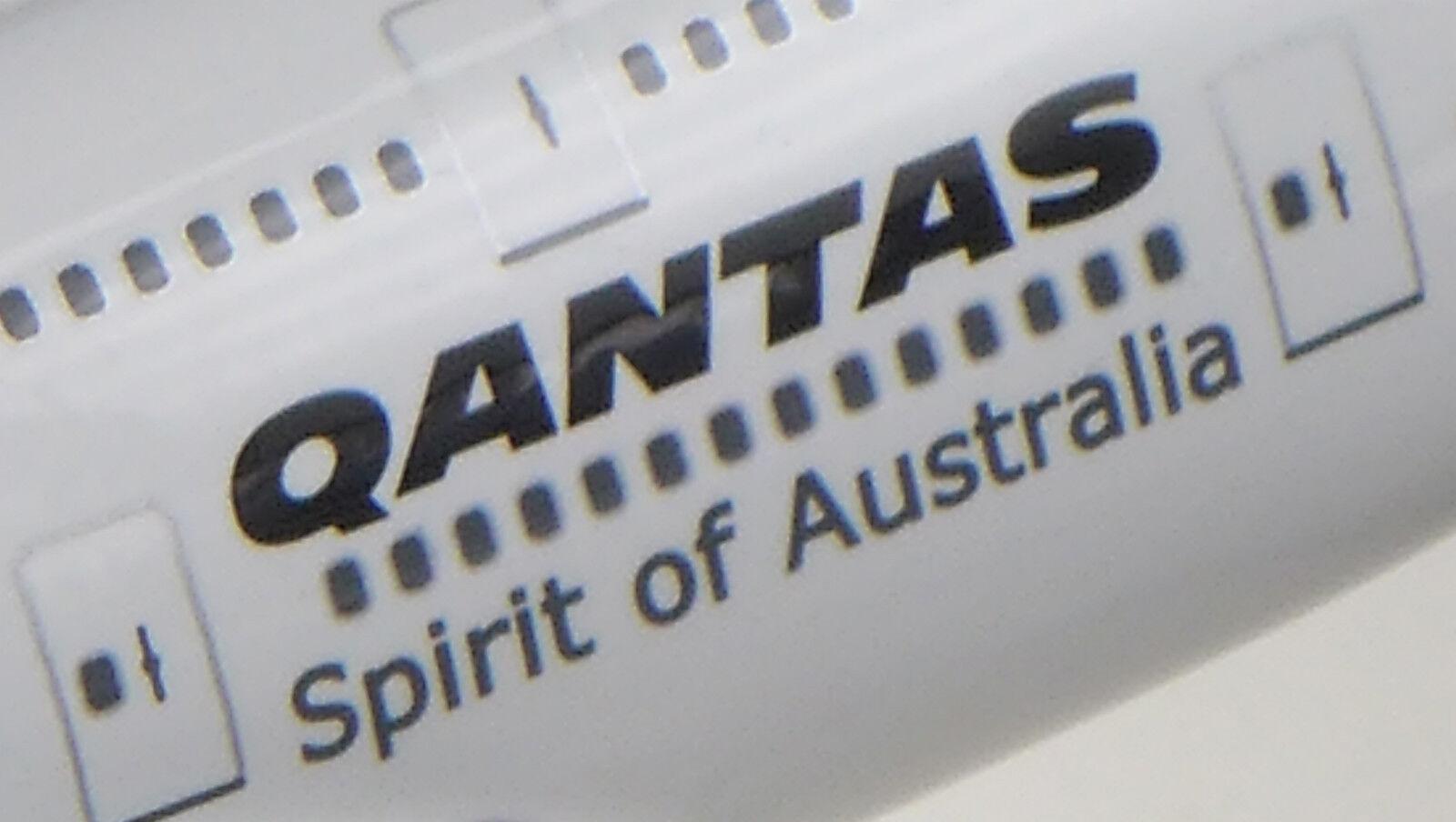 QANTAS LARGE PLANE MODEL BOEING JUMBO  JET 747 747 747  1 160 AIRPLANE APX 45cm SOLID 0b6cd6