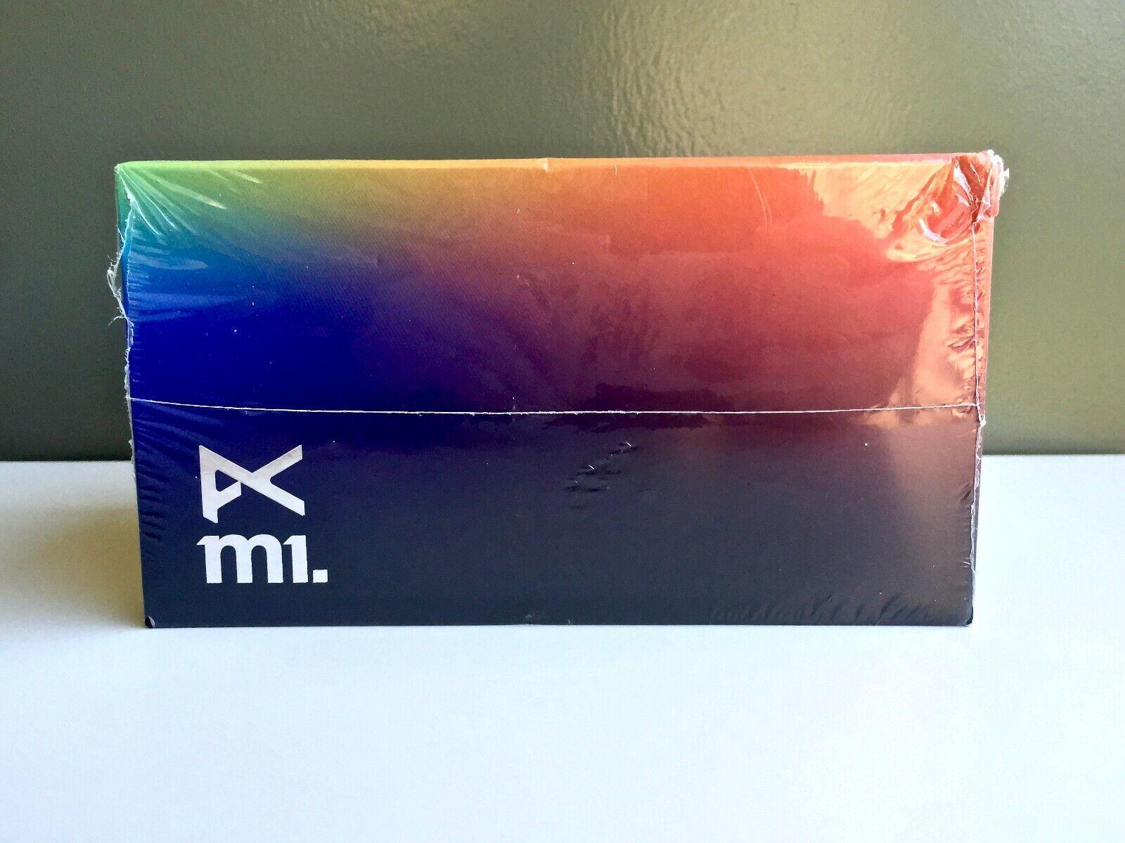 Anón M1, blancoo   verde, del mismo tamaño.