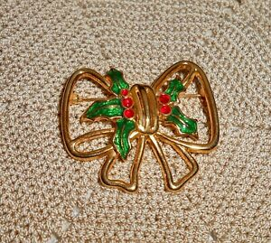 Vintage-TC-Signed-Christmas-Bow-Brooch-Pin-Enamel-Holly-Berry-Gold-tone-C104