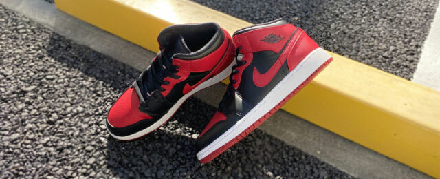 NEW WITH BOX Nike Jordan 1 Mid Banned 2020 554724-074
