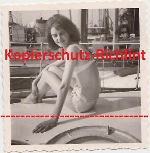 org. Foto: hübsche junge Frau halb nackt auf Boot