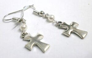 Pendientes-034-Mary-034-charm-de-cruz-y-perla-blanca-de-3-mm