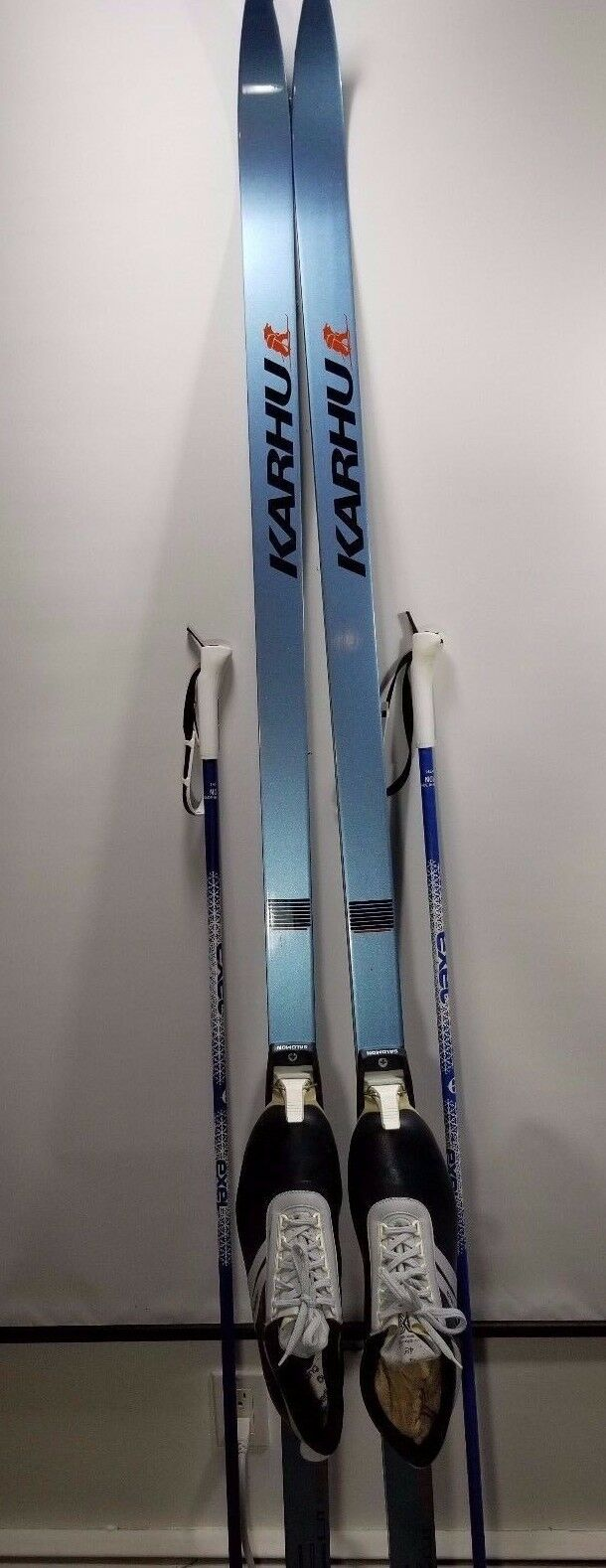 Karhu 210 Graphite Cut Knetic Cross County Skis w Poles & Ski Boots w Carry Bag