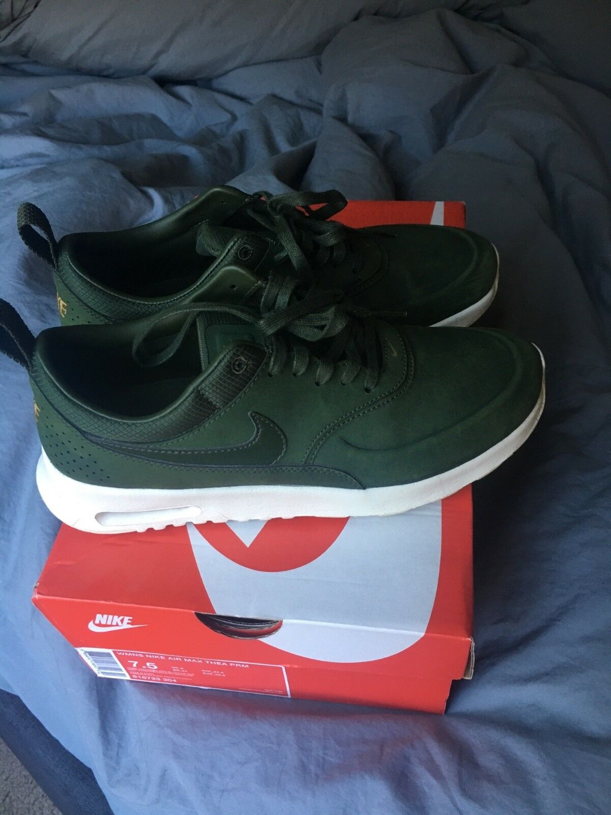 woman shoes nike/size 7.5/great condition/Wore them twice, green color. Cheap and beautiful fashion