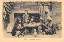 BR46111 Le repas en famille Egyote sceurs missionnaires de Notre dame     France