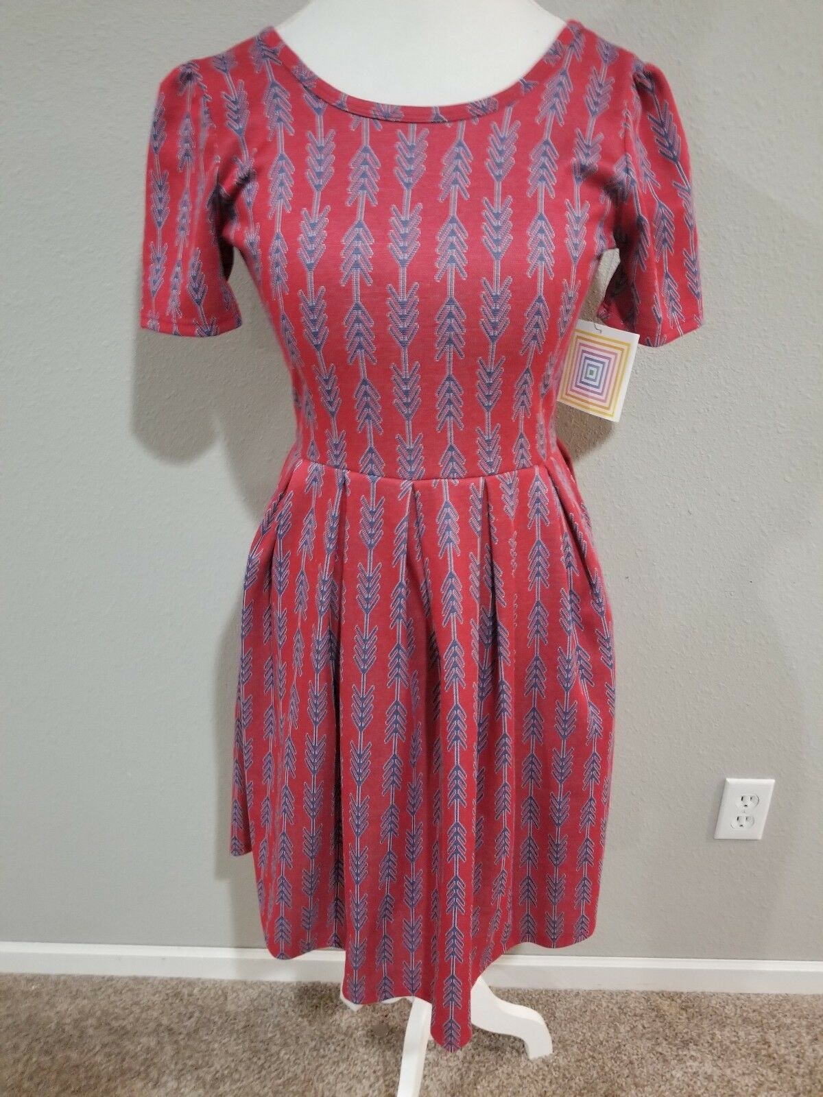 LuLaRoe Woherren Amelia Dress- Casual  Modest- rot with Blau Arrows- Größe S NWT