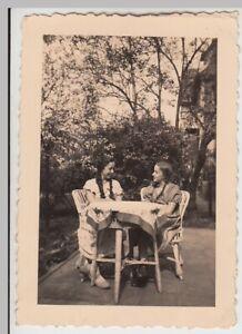 F29721-Orig-Foto-Maedchen-am-Tisch-im-Freien-1937